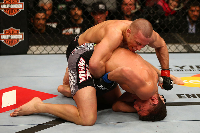 GSP domina as costas de Nick Diaz, sem buscar a finalização. Foto: Josh Hedges/Zuffa LCC via Getty Images