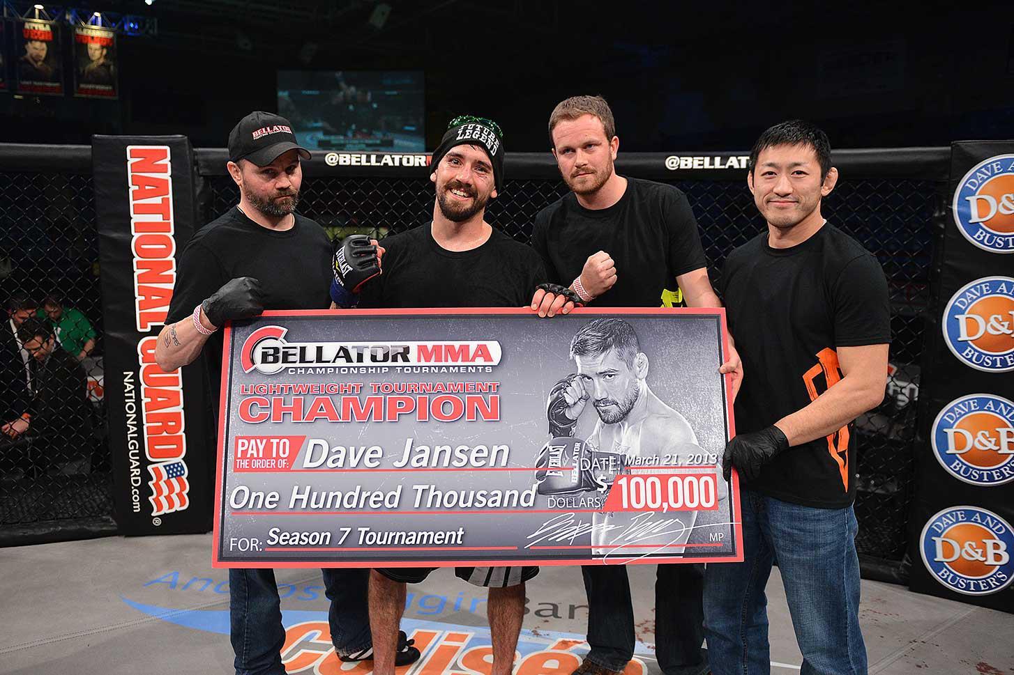 Dave Jansen e o grande cheque de 100 mil dólares por vencer o GP dos leves. Foto: Reprodução/Facebook