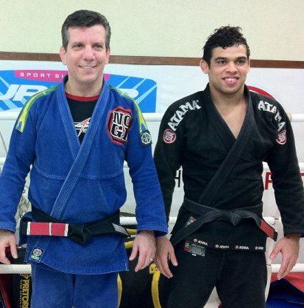 Veja o campeão do UFC Renan Barão treinando Jiu-Jitsu de kimono
