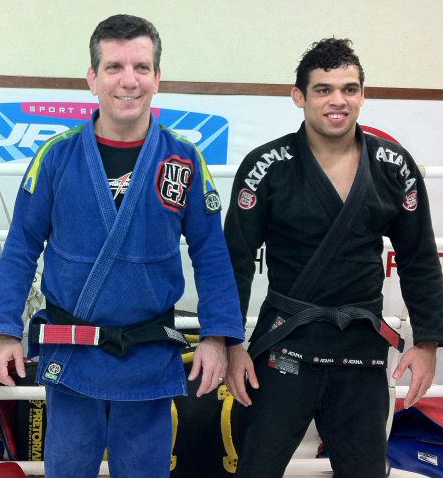 Dedé ao lado de Renan Barão, seu 100° faixa-preta. Foto: Divulgação