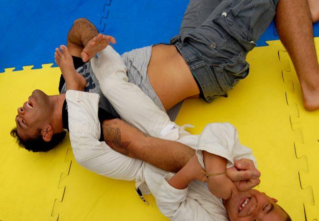 Solidário, Rodrigo Minotauro demonstra a alegria do Jiu-Jitsu para as crianças