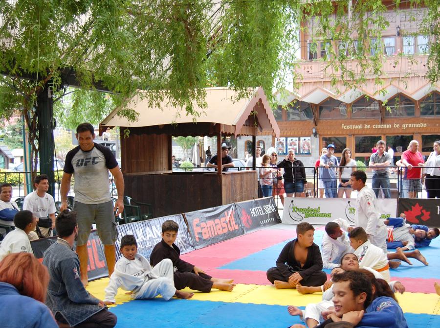 Jiu-Jitsu rolando solto sob supervisão de Rodrigo Minotauro. Foto: Divulgação
