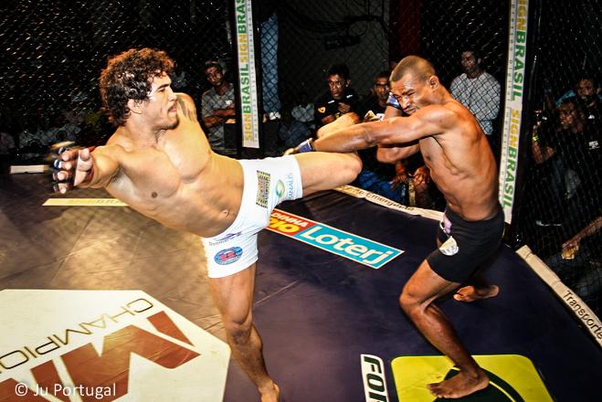 Ronys chuta alto no bloqueio de Field e leva o cinturão do MMACL. Foto: Divulgação