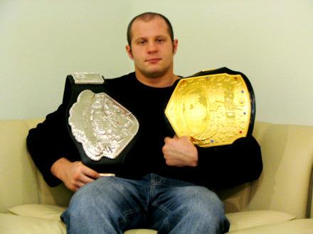 O lendário Fedor Emilianenko com seus cinturões. Foto: Divulgação