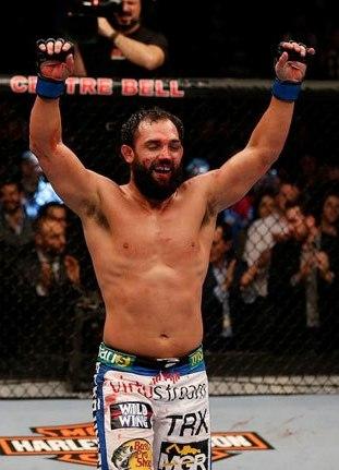 Hendricks ergue os braços após dura batalha contra Condit. Foto: UFC/Facebook