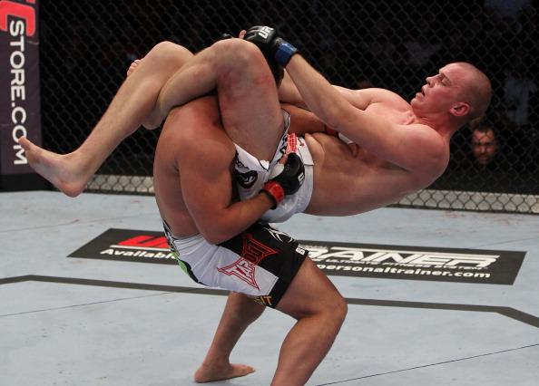 Stefan Struve mostra seu Jiu-Jitsu no UFC, apertando no triângulo. Foto: Josh Hedges/Zuffa LCC via Getty Images