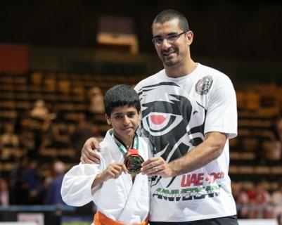 Em Abu Dhabi, jovem campeão finaliza todo mundo sem 4 dedos da mão