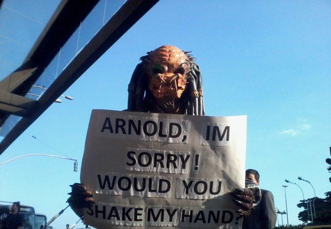 Em coletiva, Predador rouba o show ao pedir desculpas a Schwarzenegger