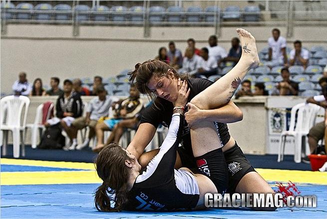Mazelli tenta passa a guarde de Talita Treta na final da seletiva do ADCC. Foto: Gustavo Aragão/GRACIEMAG