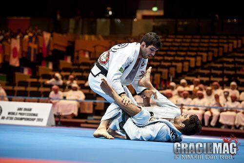 Vídeo: Aprenda como passar a guarda 50/50 no Jiu-Jitsu, por Lucas Lepri