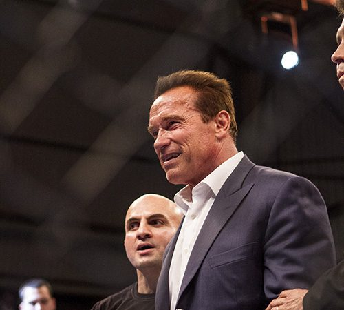 Arnold Schwarzenegger com Wallid Ismail no cage do Jungle. Foto: Gustavo Aragão/GRACIEMAG