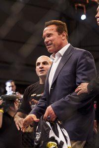 Arnold Schwarzenegger com Wallid Ismail no cage do Jungle. Foto: Gustavo Aragão/GRACIEMAG