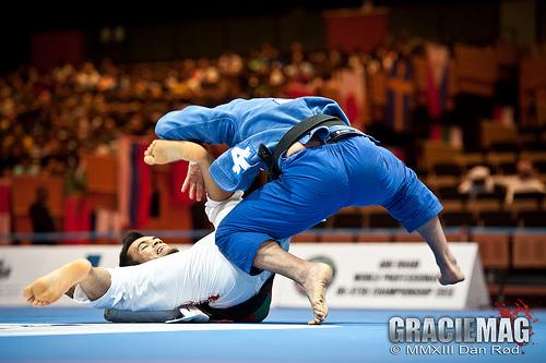 Augusto Tanquinho (de azul) coloca pressão para passar a guarda. Foto: Dan Rod/ GracieMag