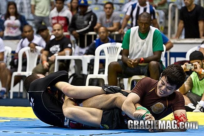 Miyao ataca o pé de Marcio, mas a vitória veio na decisão dos jurados. Foto: Gustavo Aragão/GRACIEMAG