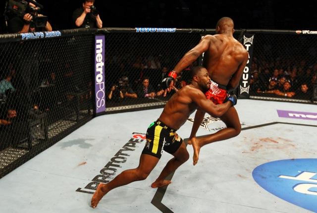Rashad Evans tenta derrubar Jon Jones no UFC 145, em abril de 2012. Foto: Al Bello/Zuffa LLC via Getty Images