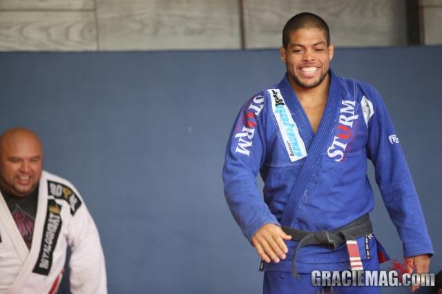 André Galvão sorri durante o treino. Foto: Erin Herle/ GracieMag