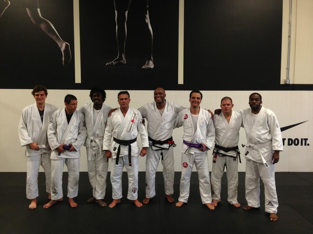 Todos de kimono para o treininho estelar na academia de Anderson SIlva. Foto: Reprodução/Twitter