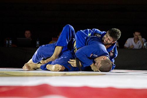 Aprenda a matar o pé no bíceps e passar a guarda, com Diogo Almeida
