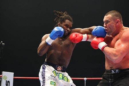 Brasileiro do K-1 luta evento de MMA, em Salvador