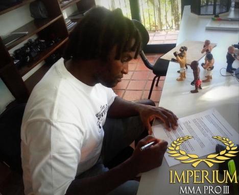 Ewerton Teixeira assina contrato para lutar no Imperium MMA PRO 3. Foto: Divulgação
