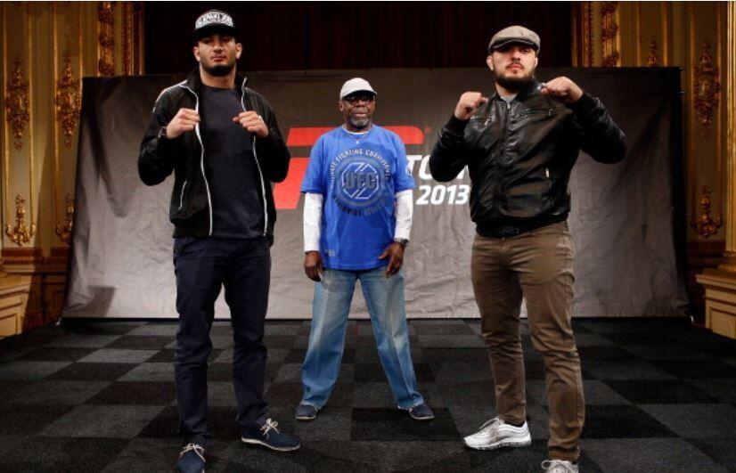 Mousasi(esq.) posa ao lado de Latifi para o UFC na Suécia. Foto: Reprodução/Twitter