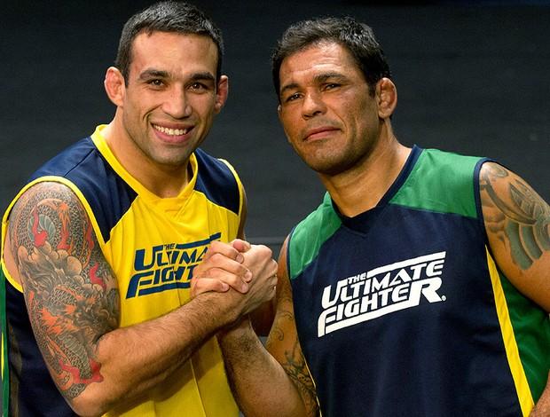 """Fabrício Werdum e Rodrigo Minotauro em clima amistoso no """"TUF Brasil 2"""". Foto: Divulgação"""