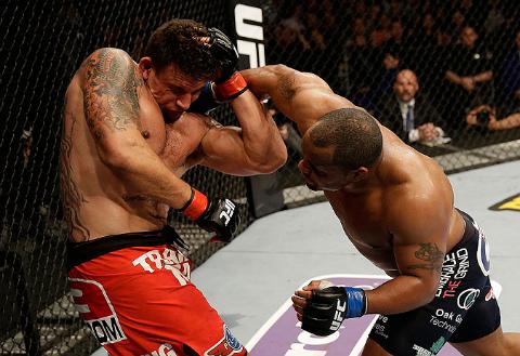 Vídeo: o domínio de Daniel Cormier sobre Frank Mir em sua estreia no UFC