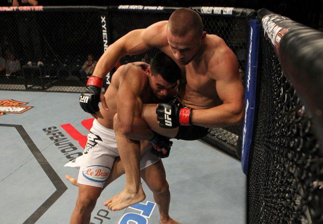 Ronny Markes revisa wrestling para vencer e ganhar espaço entre os médios do UFC