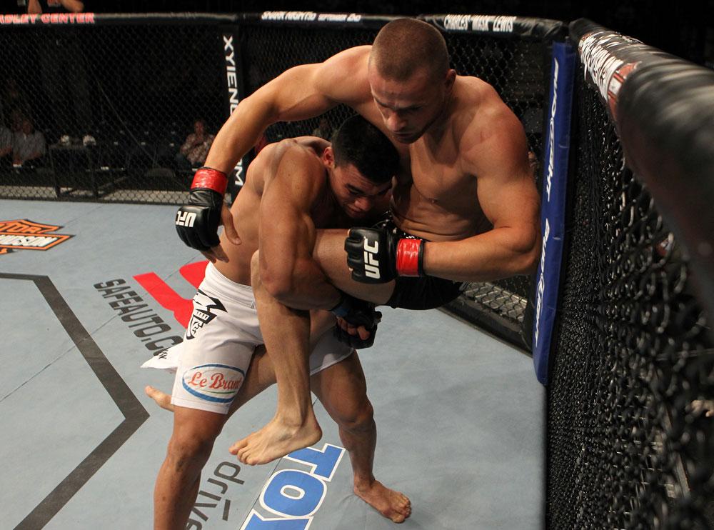 Ronny mostrou suas quedas ao estrear no UFC, contra Karlos Vemola. Foto: Josh Hedges/Zuffa LLC via Getty Images
