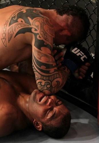 Ponzinibbio castiga com cotoveladas. Foto: UFC/Divulgação