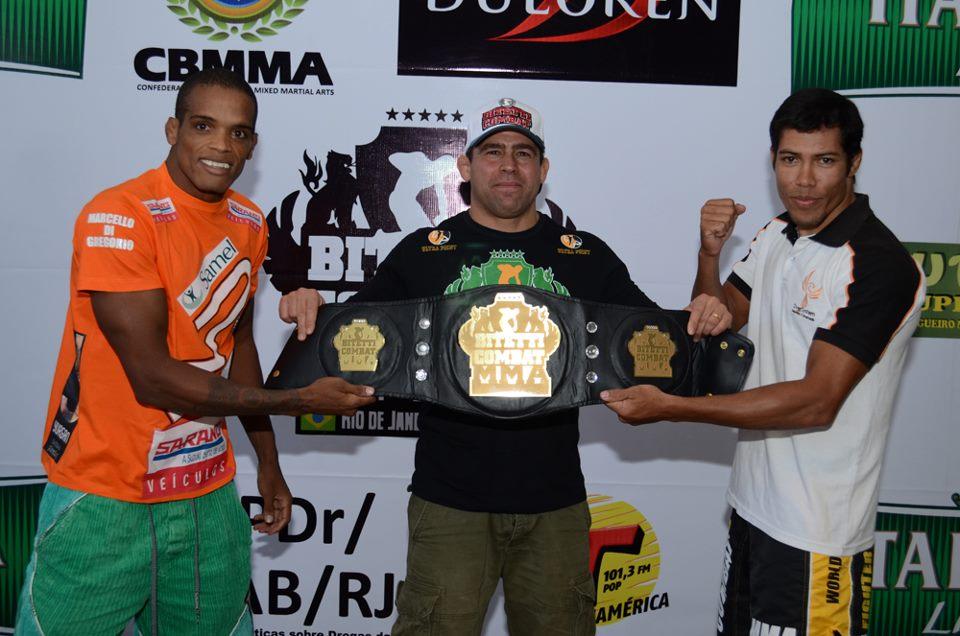 Alan Nugett, Amaury Bitetti e Claudiere Freitas com o cinturão do Bitetti Combat. Foto: Deive Coutinho/Divulgação
