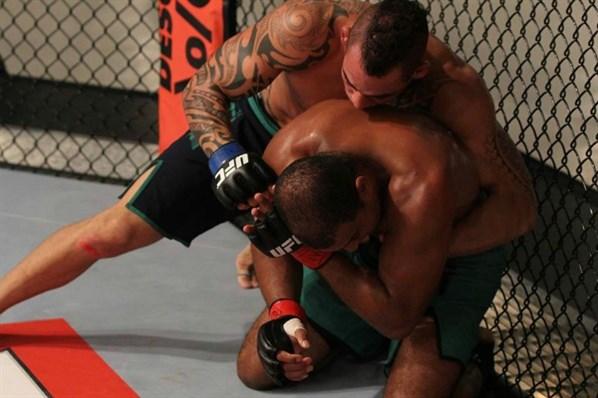 Santiago golpeia Foguete por cima. Foto: UFC/Divulgação