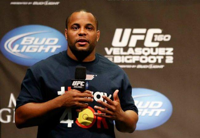 Vídeo: Daniel Cormier comenta disputa de cinturão contra Jon Jones no UFC
