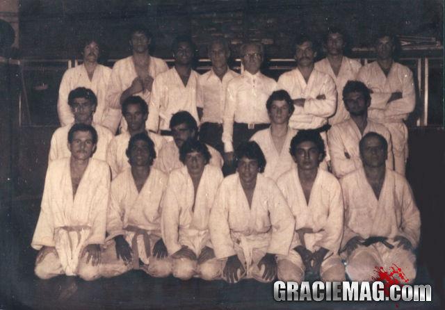 Carlos e Helio Gracie posam após treino com Rolls e a família. Alvaro Romano está na foto, é o segundo de joelhos, da esquerda para a direita. Foto: Divulgação/GRACIEMAG
