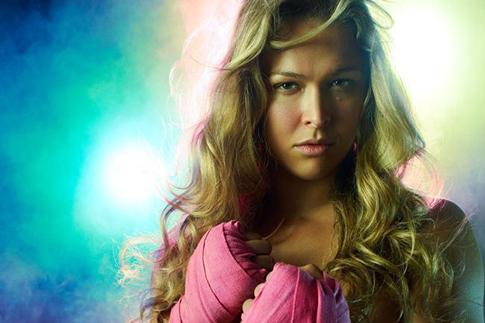 """Os bastidores do ensaio sensual de Ronda Rousey na revista """"Maxim"""""""