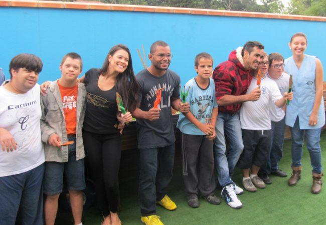 Lutadores e ring girl abrem programação do UFC em Jaraguá com visita emocionante