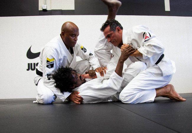 Vídeo: veja Anderson Silva com o kimono e aprenda uma raspagem