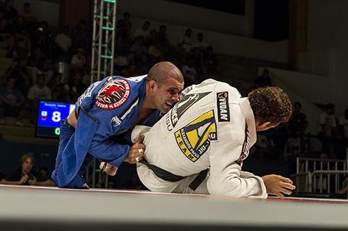 Rodolfo Vieira manobra para ir às costas de Leonardo Leite, no Desafio por Equipes. Foto: Gustavo Aragão/GRACIEMAG