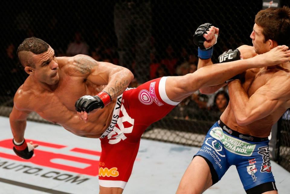 Vitor Belfort acerta Luke Rockhold com seus novos chutes Foto UFC