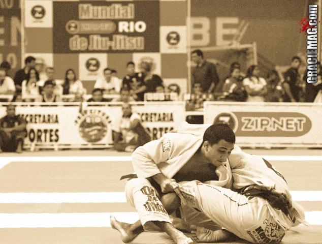BJ Penn raspa o adversário. Foto: Gustavo Aragão/ GRACIEMAG
