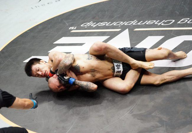 Shinya ajusta o mata-leão que lhe daria o cinturão do One FC 8. Foto: One FC/Divulgação