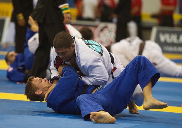 Estude a pressão e o estrangulamento no Jiu-Jitsu, com André Galvão