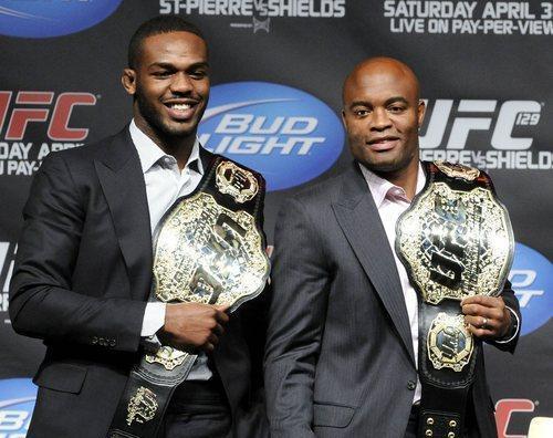 Jon Jones, Anderson Silva e seus respectivos cinturões. Foto: UFC/Divulgação