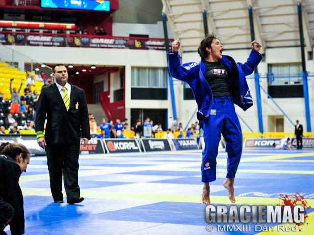 Ana Carolina Vieira vibra ao vencer a final do absoluto azul, no Mundial 2013 em Long Beach. Foto: Dan Rod
