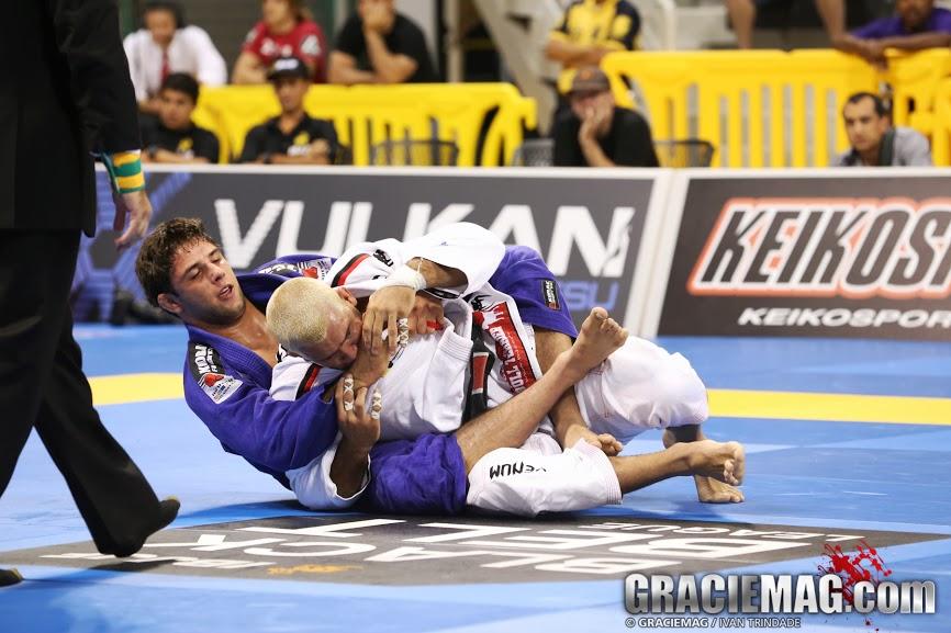 Marcus Buchecha nas costas de Rodolfo Vieira. Foto: GRACIEMAG