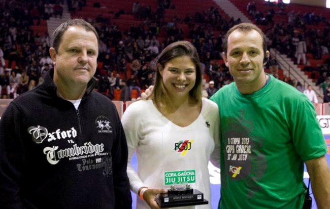 Monique Elias, ouro absoluto roxa, é homenageada em campeonato no Sul