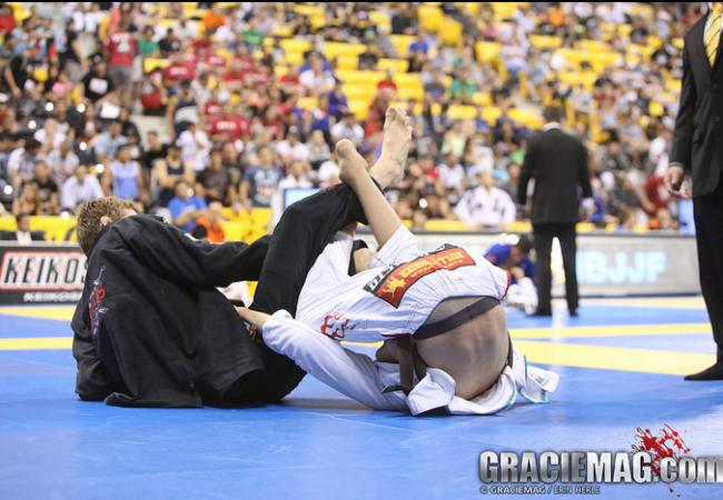 Como você defende a guarda com a lapela no Jiu-Jitsu?