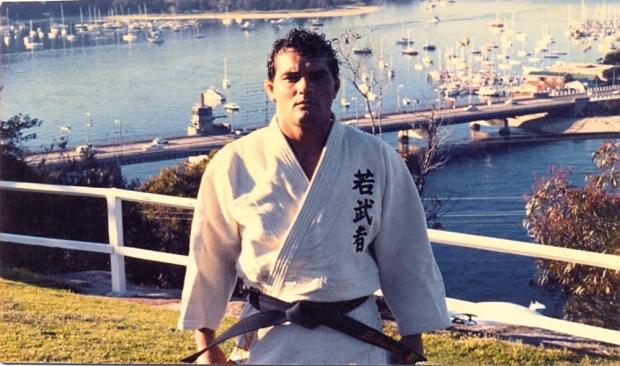 Marcelo Behring durante suas jornadas em defesa do Jiu-Jitsu e em busca de altas ondas. Foto: Arquivo da Família/Revista Trip