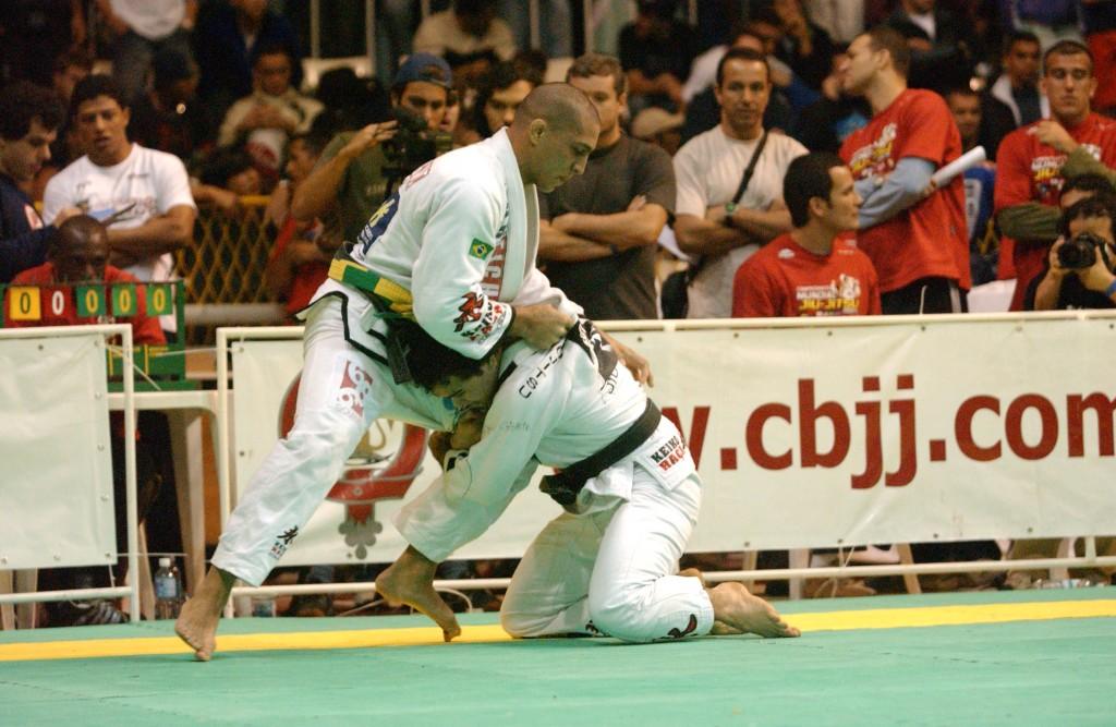 Raphael Abi-Rihan contra Marcelinho Garcia no Mundial 2004. Foto: Gustavo Aragão/GRACIEMAG