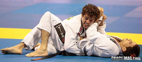 Aprenda uma raspagem eficiente no Jiu-Jitsu, com Robinho Moura